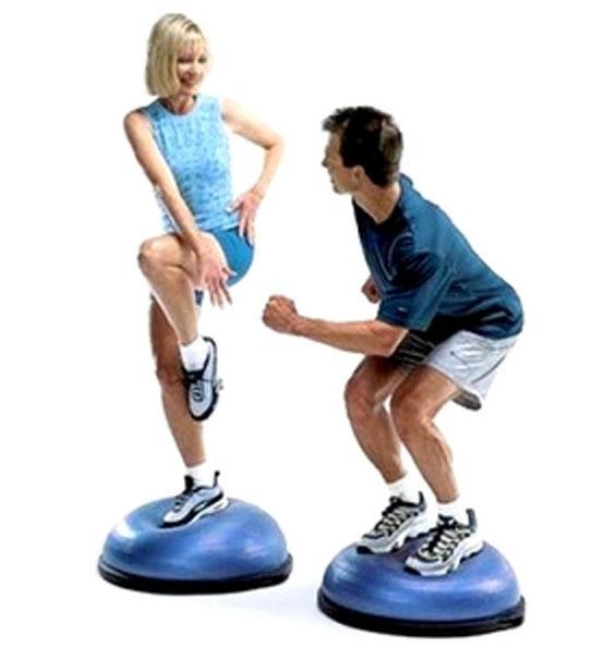 мъж и жена тренират  върху нестабилен тренировъчен уред
