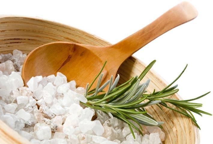 английска сол в дървена купичка с лъжичка и розмарин