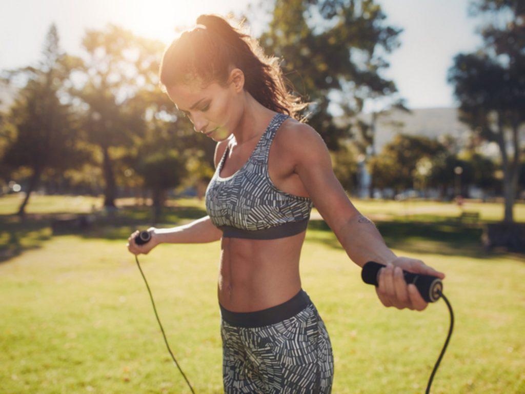 атлетична жена с въже за скачане