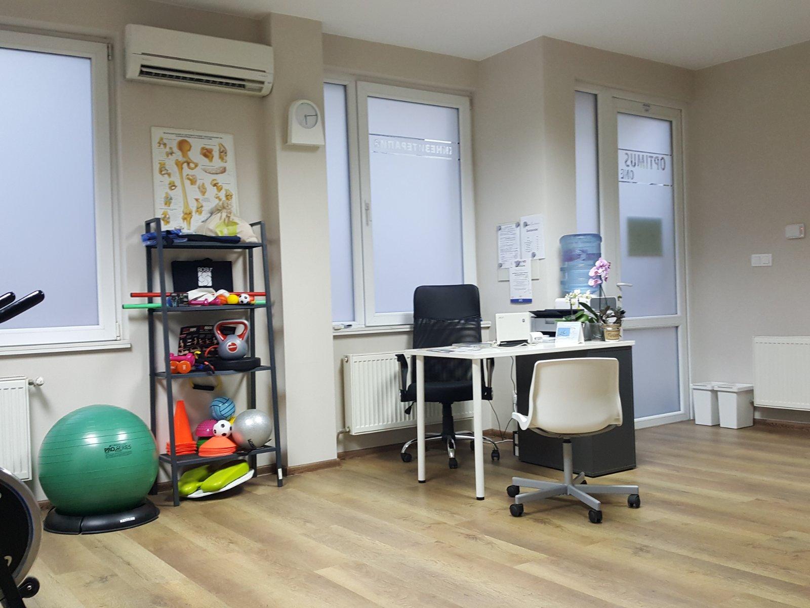 бюро, стол и етажерка с аксесоари