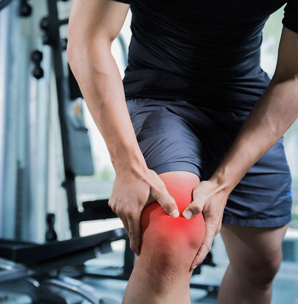 мъж се държи за болезненото си коляно