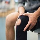 мъж се държи за коляното