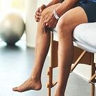 пациент се държи за коляното
