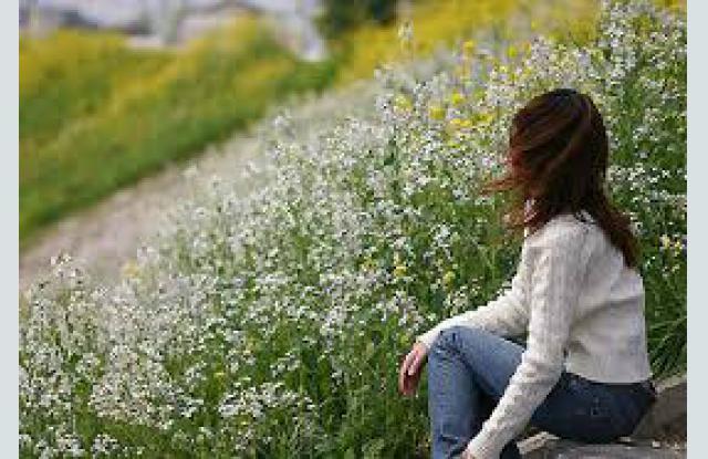 момиче сред цветя на полето